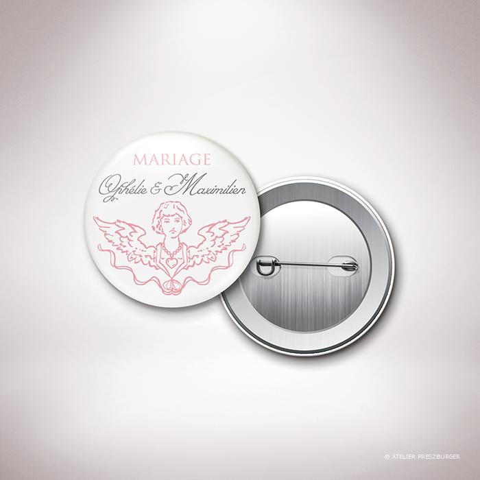 Ivoley – Badge Ivoley mariage sur le thème de Cupidon, ange de l'amour par Julien Preszburger – Photo non contractuelle