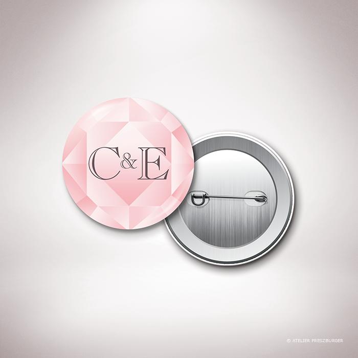 Dionis – Badge de mariage sur le thème des pierres précieuses, illustré d'un diamant rose par Julien Preszburger – Photo non contractuelle