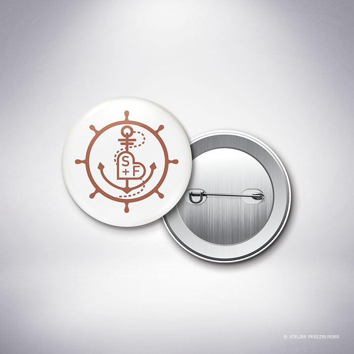 Pérouse – Badge de mariage dans un style contemporain sur le thème la mer, illustré d'une ancre et d'une barre de bateau par Julien Preszburger – Photo non contractuelle