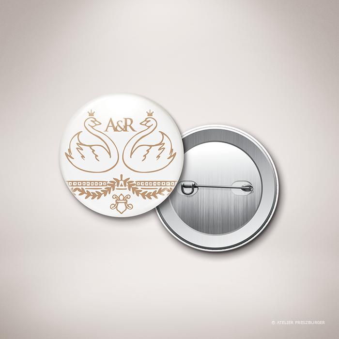 Barjac – Badge de mariage classique de style royal, illustré d'un couple de cygnes par Julien Preszburger – Photo non contractuelle