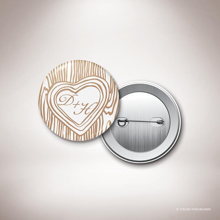Holz – Badge de mariage dans un style contemporain, décoré d'une écorce d'arbre et gravé d'un cœur avec un monogramme par Julien Preszburger – Photo non contractuelle