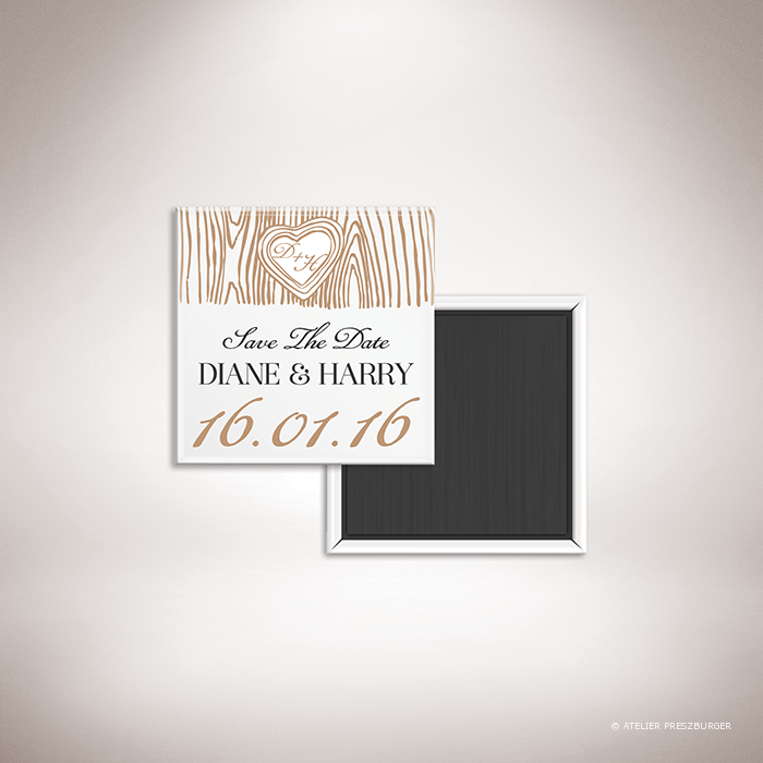 Holz – Magnet « save the date » de mariage dans un style contemporain décoré d'une écorce d'arbre et gravé d'un cœur avec un monogramme par Julien Preszburger – Photo non contractuelle