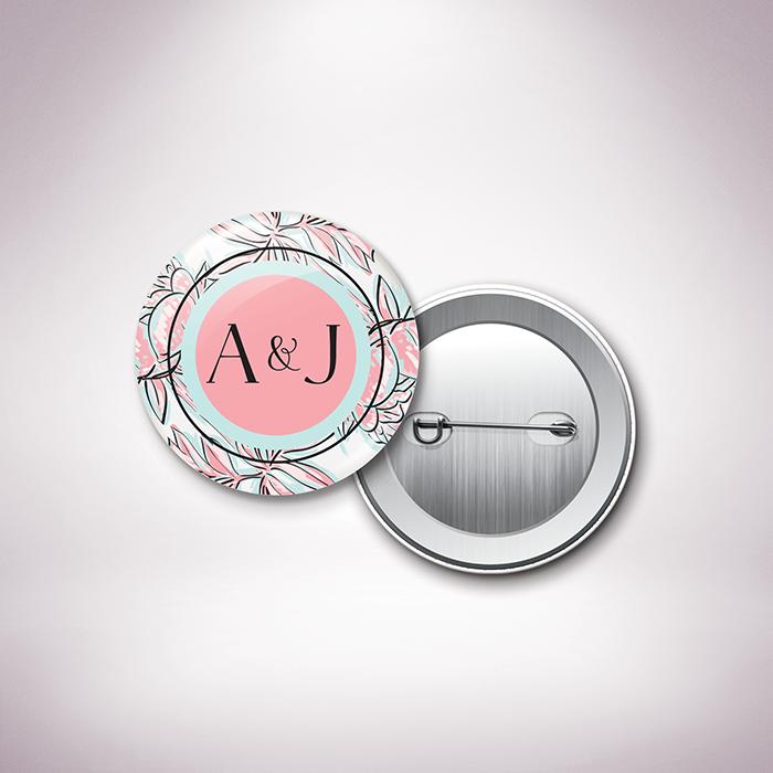 Laroque – Badge de mariage de style floral, sur le thème du printemps, illustré de pivoines par Julien Preszburger – Photo non contractuelle