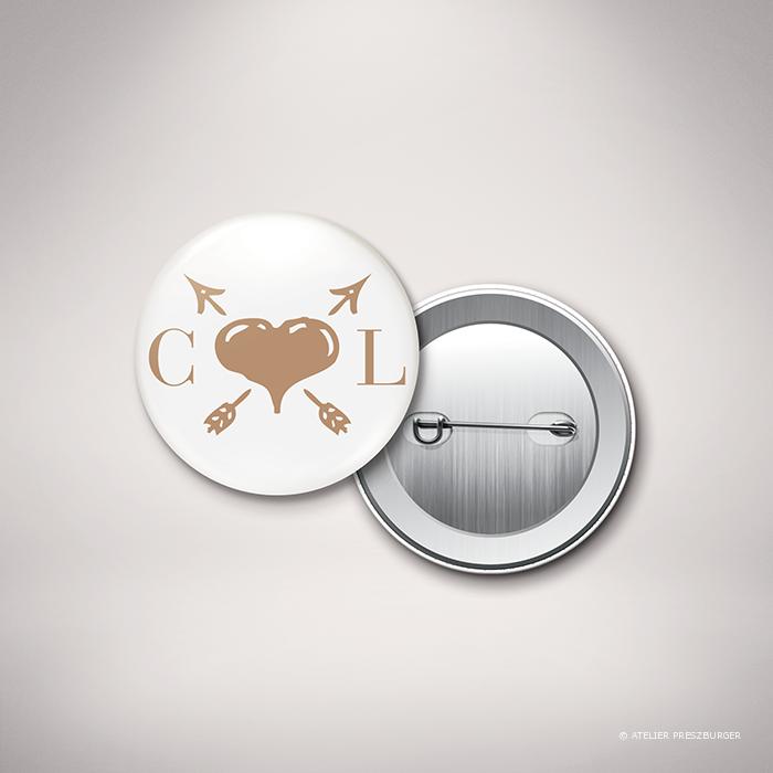 Arcy – Badge de mariage dans un style contemporain, illustré d'un cœur et de deux d'initiales par Julien Preszburger – Photo non contractuelle