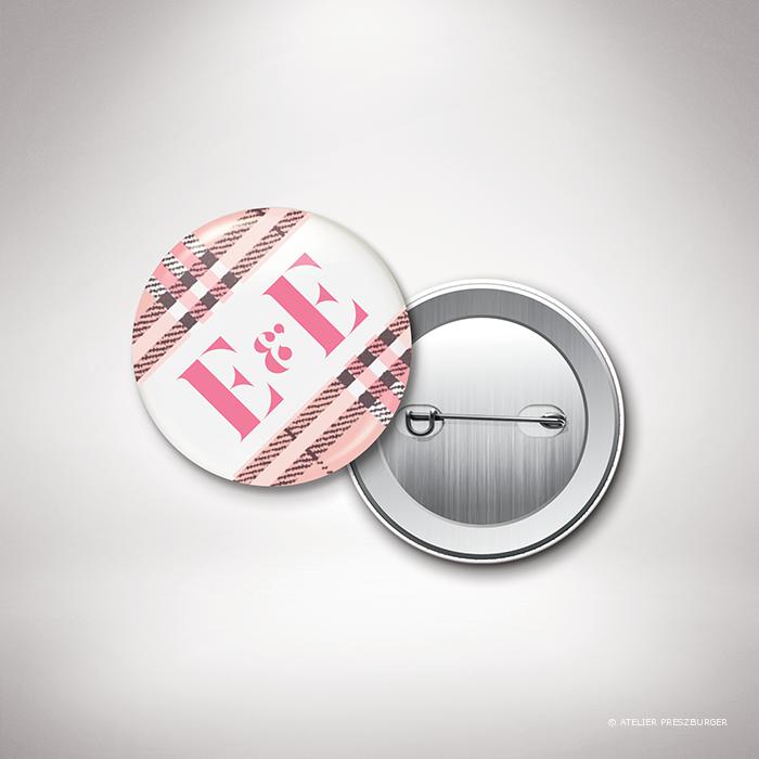 Manners – Badge de mariage dans un style contemporain, illustré d'un tartan anglais par Julien Preszburger – Photo non contractuelle