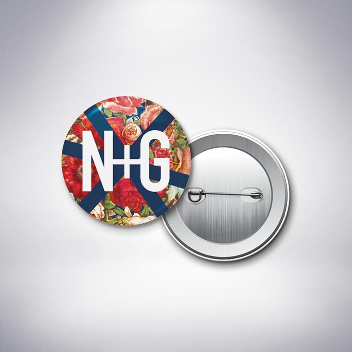 Martel – Badge de mariage de style contemporain sur le thème des fleurs, illustré d'un motif rétro créé par Julien Preszburger- Photo non contractuelle
